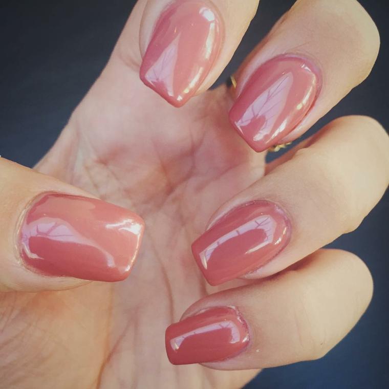 manicure realizzata con uno smalto color rosa pesca molto brillante