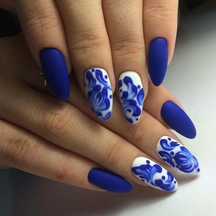 idea originale per una manicure delle feste con smalto opaco blu e bianci