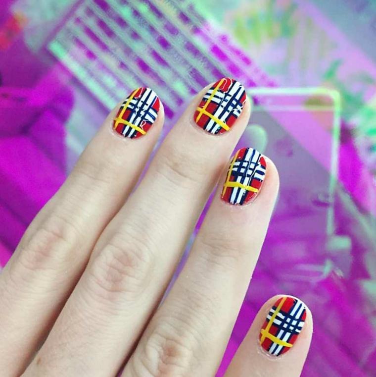 idea per decorare le unghie per il natale originale che riproduce il tessuto scozzese