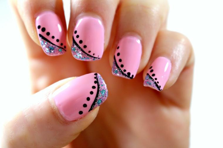 unghie colorate, smalto rosa acceso con delle decorazioni nere e glitter colorati