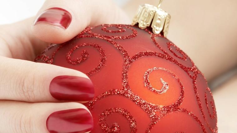 decorazioni unghie natalizie, proposta tradizionale ma sempre attuale con uno smalto rosso scuro