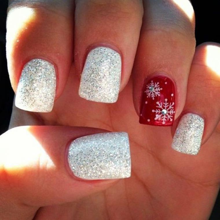 decorazioni unghie natalizie, smalto bianco con dei brillantini, anulare rosso con dei fiocchi di neve con dei brillantini al centro