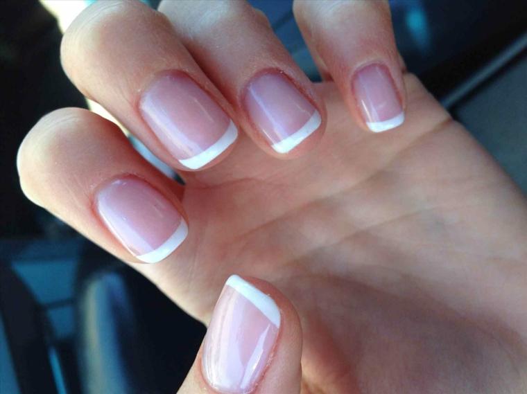 french manicure realizzata su unghie corte dalla forma quadrata con base rosa brillante