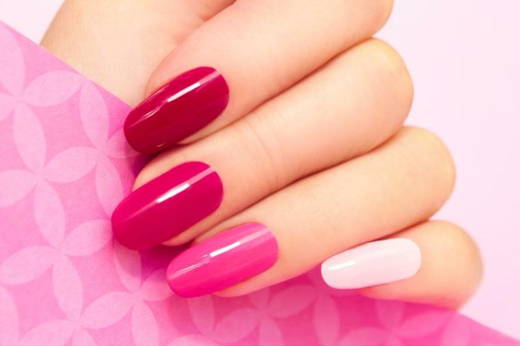 Unghie a mandorla, smalto gel di colore rosa e bianco con riflessi luminosi