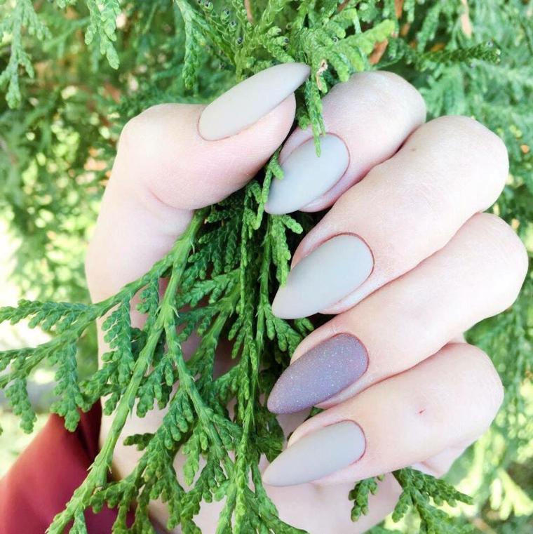 Smalto mat effetto ruvido di colore grigio e sfumatura più scura per l'unghia del dito anulare