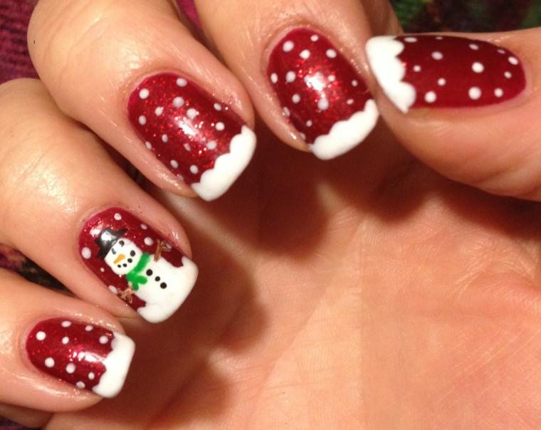 unghie di natale, una proposta originale in tema di festa con la base rossa, fiocchi e pupazzo di neve sull'anulare