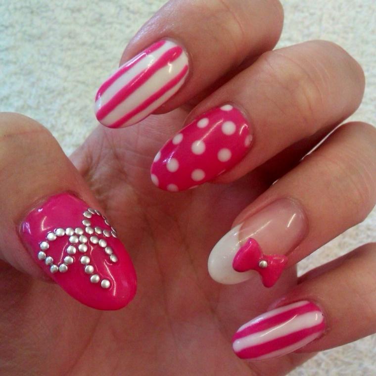 unghie natalizie semplici, abbinamento bianco e rosa con dei disegni differenti per ogni unghia