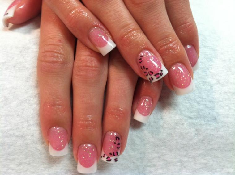 unghie rosa gel, una proposta originale e giovanile per creare una french manicure con anulare decorato