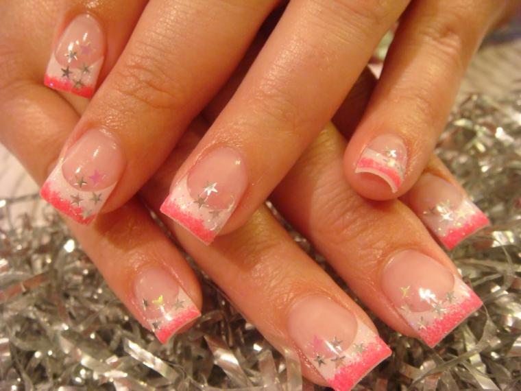 unghie primaverili, proposta per creare una french manicure con la riga rosa