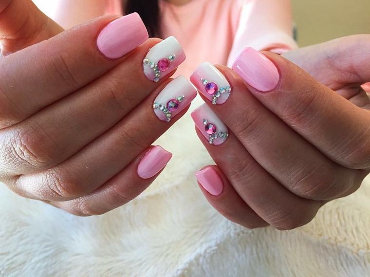 gel unghie rosa, una manicure elegante e brillante con dei glitter argento e  rosa