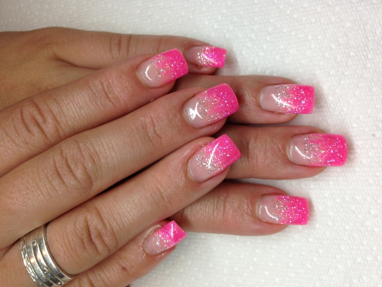 unghie rosa gel, una french manicure brillante e luminosa con glitter e top coat brillante