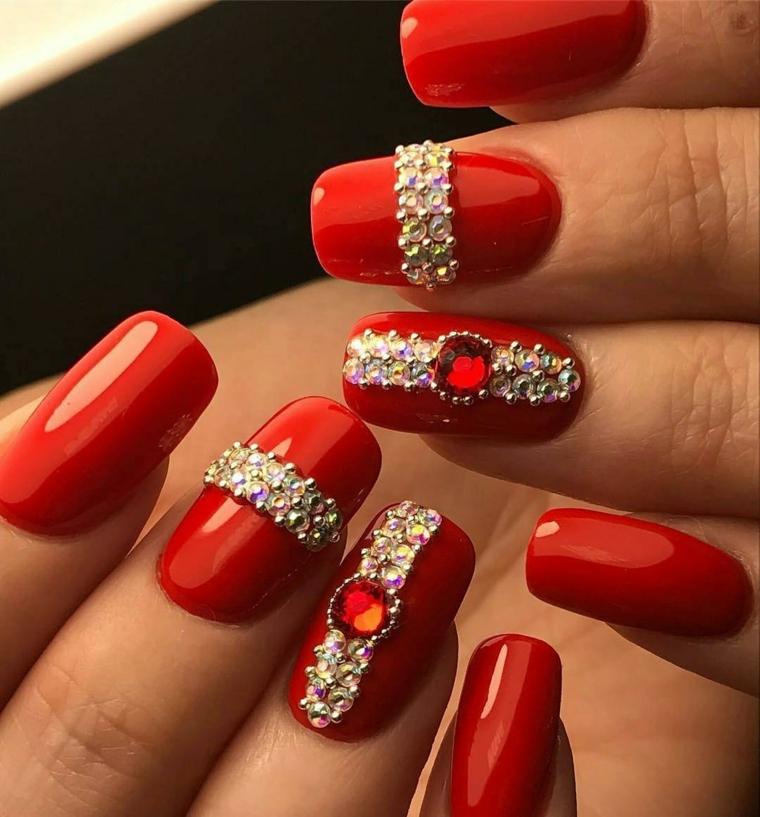 nails rosse, una manicure perfetta per l'ultimo dell'anno con delle applicazioni preziose
