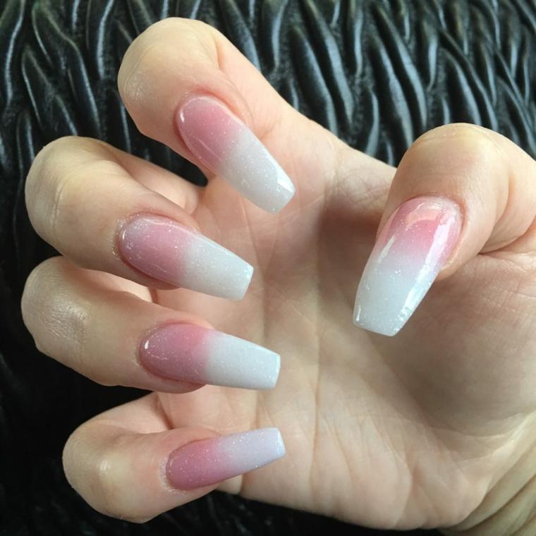 french manicure realizzata con smalti brillanti su unghie molto lunghe e squadrate