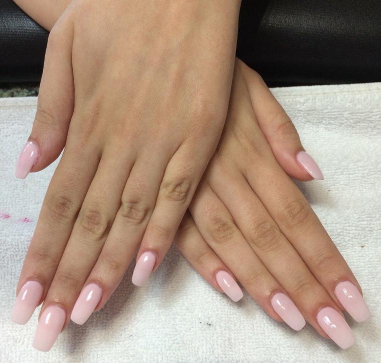 manicure realizzata su unghie lunghe e squadrate rese romantiche da uno smalto color rosa confetto