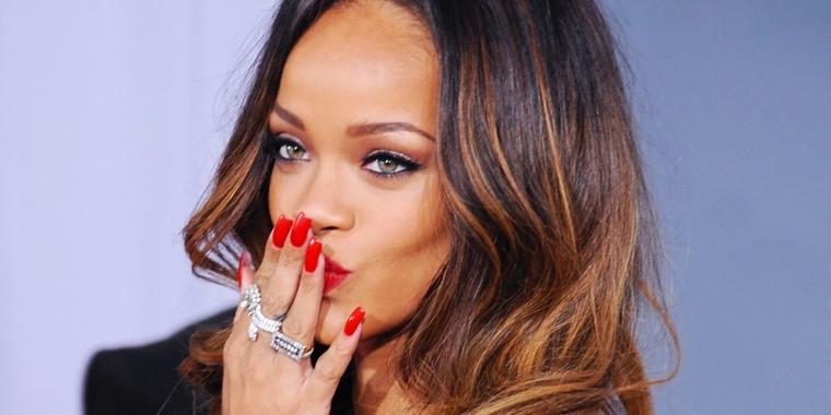 rihanna sfoggia una manicure perfetta con unghie lunghe e laccate di rosso