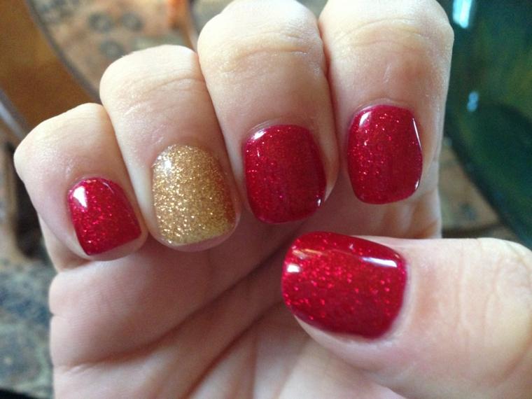 unghie natalizie, proposta semplice ma in perfetto clima di festa con smalto rosso e anulare oro