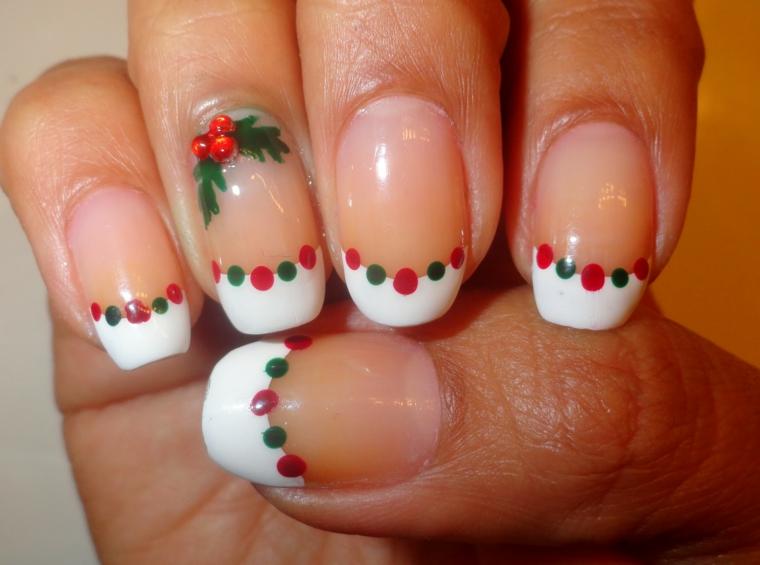 unghie natalizie semplici, una proposta incentrata sulla frenc manicure ma con dettagli natalizi