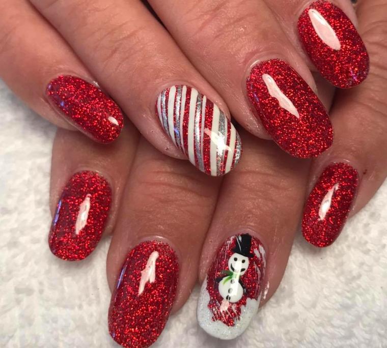 unghie natale, proposta realizzata con dello smalto in gel rosso con brillantini e gli anulari decorati