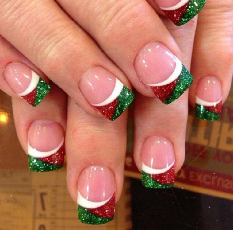 unghie natale, un'idea per le amanti della french manicure, con una decorazione con brillantini rossi e verdi