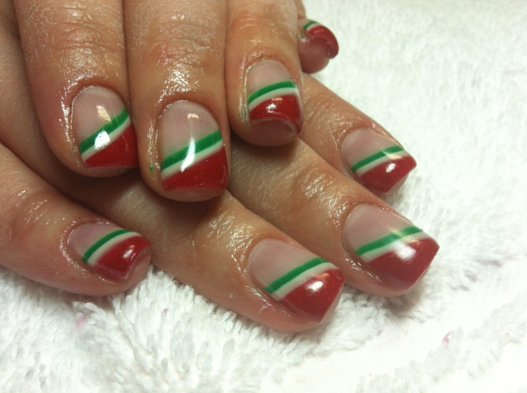 unghie di natale, una manicure semplice ma d'effetto con delle strisce oblique rosse bianche e verdi