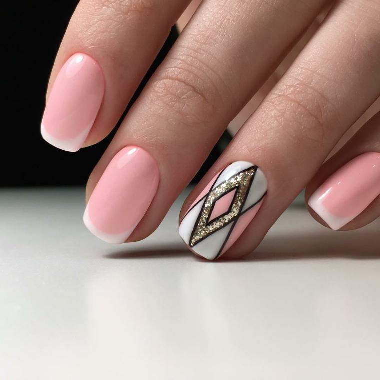 unghie rosa, una manicure chic realizzata con uno smalto di color rosa, bordo bianco e anulare decorato