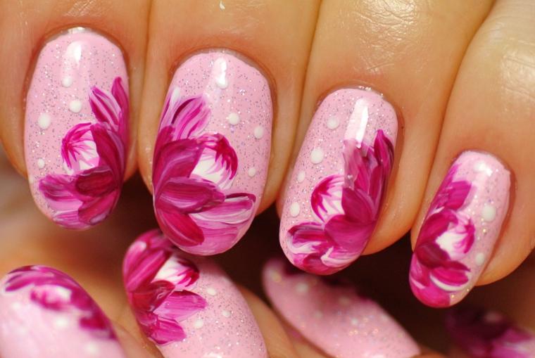 smalto rosa, una proposta di manicure primaverile con base rosa e fiori fucsia