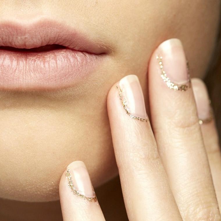 unghie color cipria, una proposta molto elegante adatta alla feste grazie alla presenza dei glitter oro