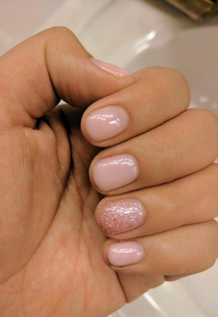 unghie color cipria, una proposta per unghie corte e tonde con l'anulare glitterato
