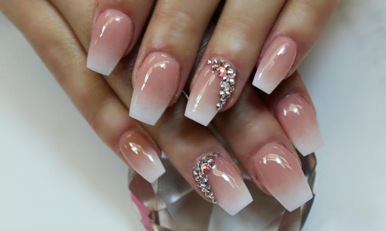 unghie color cipria, un'elegante interpretazione della french manicure con anulare decorati con glitter