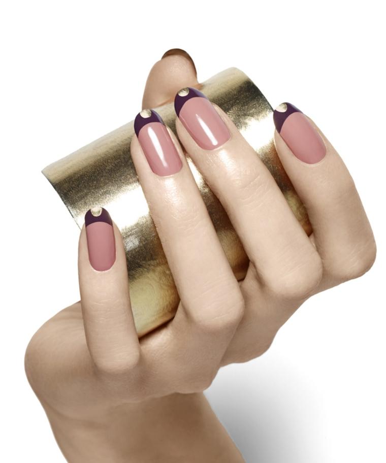 gel rosa antico, una manicure trendy ed elegante con riga finale nera e glitter