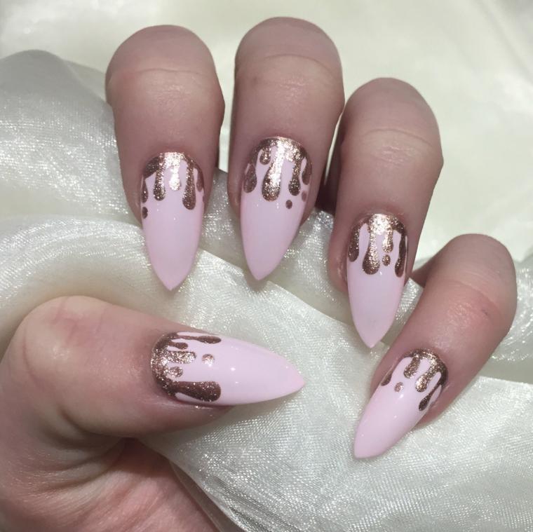 unghie rosa, una proposta adatta alle feste grazie alle decorazioni dorate