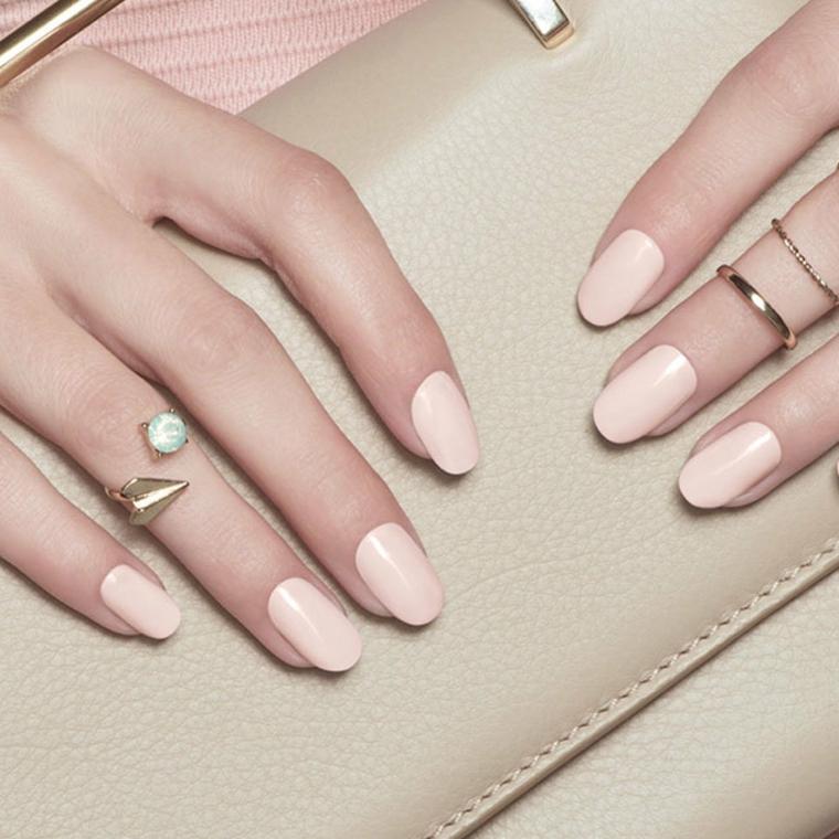unghie rosa, una proposta nella tonalità cipria in tinta unita e dalla  finitura opaca