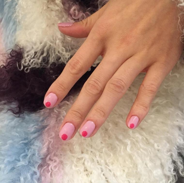 unghie rosa antico, una proposta tinta unita con un grosso pois al centro in fondo