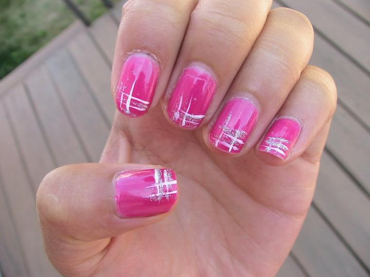 gel unghie rosa, una proposta accesa e brillante con delle decorazioni bianche e argento