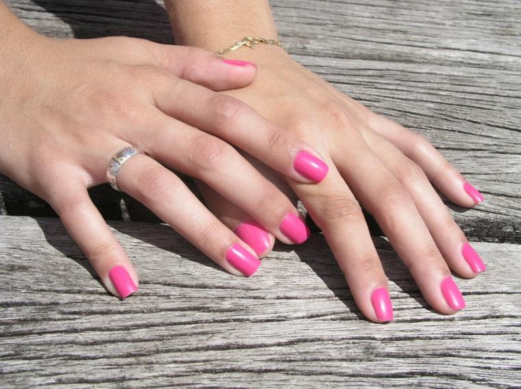 unghie gel rosa, una proposta in una tonalità accesa su unghie corte e squadrate