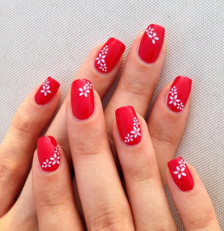 nails rosse, una nuance chiara e brillante impreziosita da dei fiori bianchi