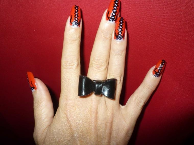 nail art rosso, una manicure originale e seducente con dettagli neri e bianchi