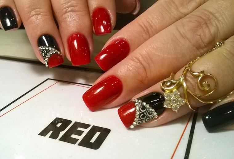 gel unghie rosse, una manicure elegante e sofisticata con anulare e medio decorati