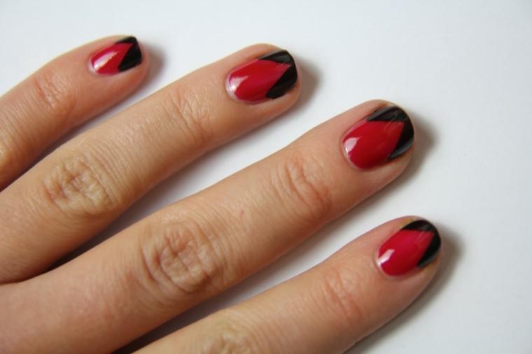 unghie rosse con dettagli neri sui bordi in fondo, unghie corte e arrotondate
