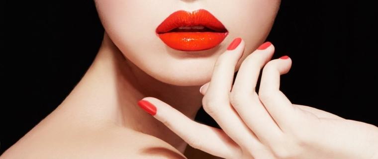 unghia rossa, una nuance chiara con accenti arancio in tinta con il rossetto