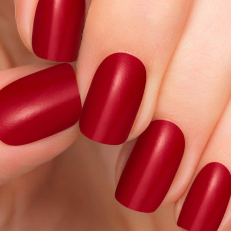 nails rosse, una manicure di tendenza realizzata con uno smalto dalla finitura opaca