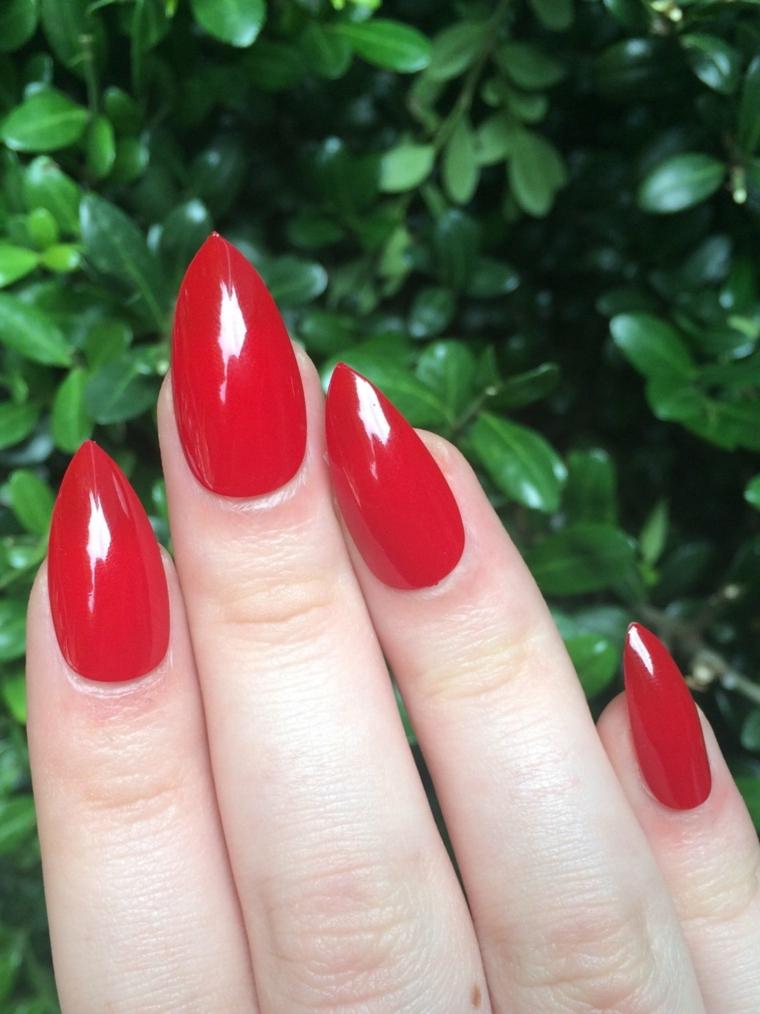 smalto rosso, una proposta per realizzare una manicure elegante ed extra brillante