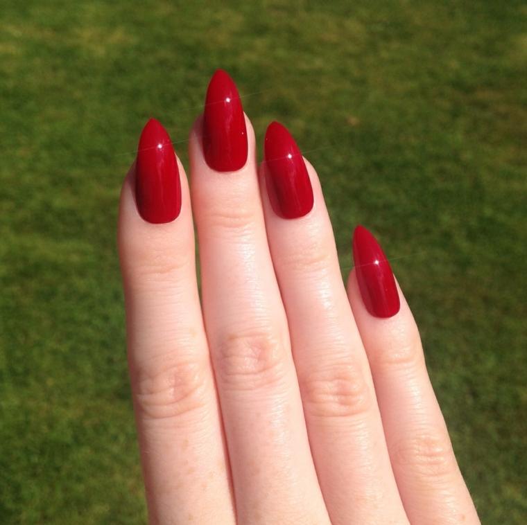 gel unghie rosso, una manicure perfetta con finitura laccata e forma a stiletto