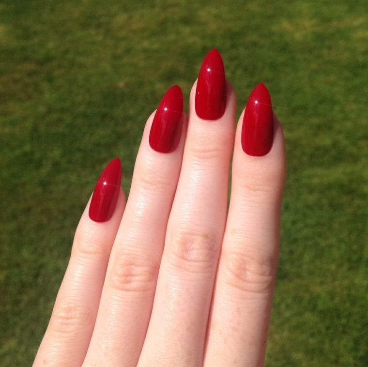 unghie rosse, una proposta sexy ed elegante grazie alla tonalità di rosso e alla forma a stiletto