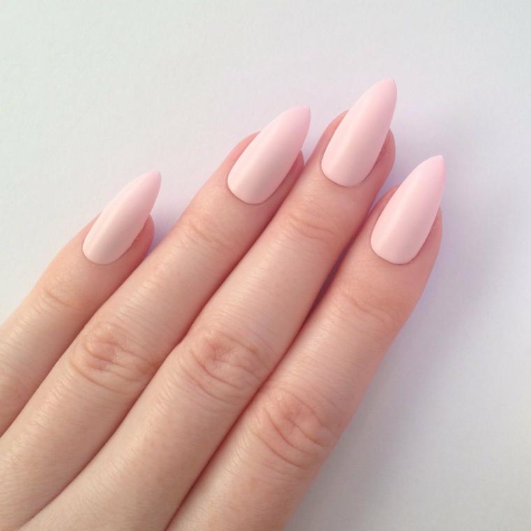 una manicure raffinata e discreta realizzata su unghie a stiletto con uno smalto rosa baby
