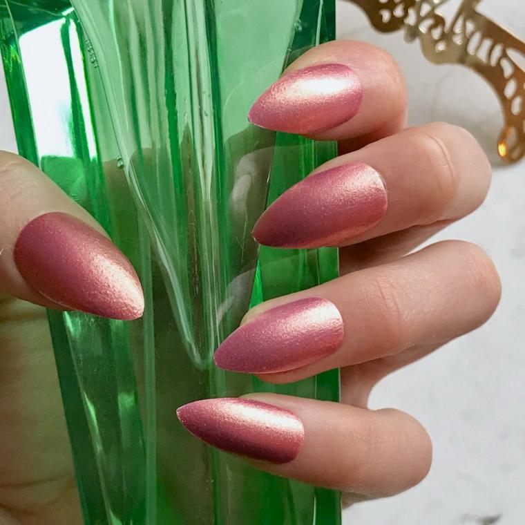 manicure per le amanti degli smalti cangianti, qui nella nuance rosa antico su unghie stiletto