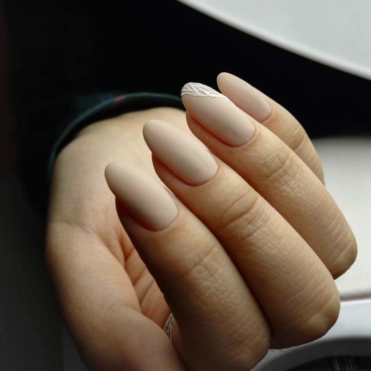 Come limare le unghie, forma a mandorla lunghe e di colore beige