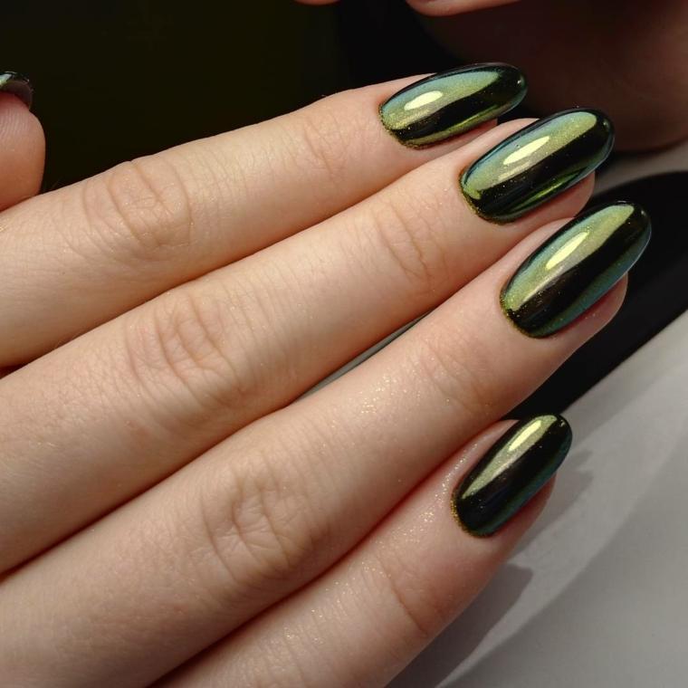 Unghie a punta, colore verde intenso con riflessi luminosi per unghia lunga dalla forma tondeggiante