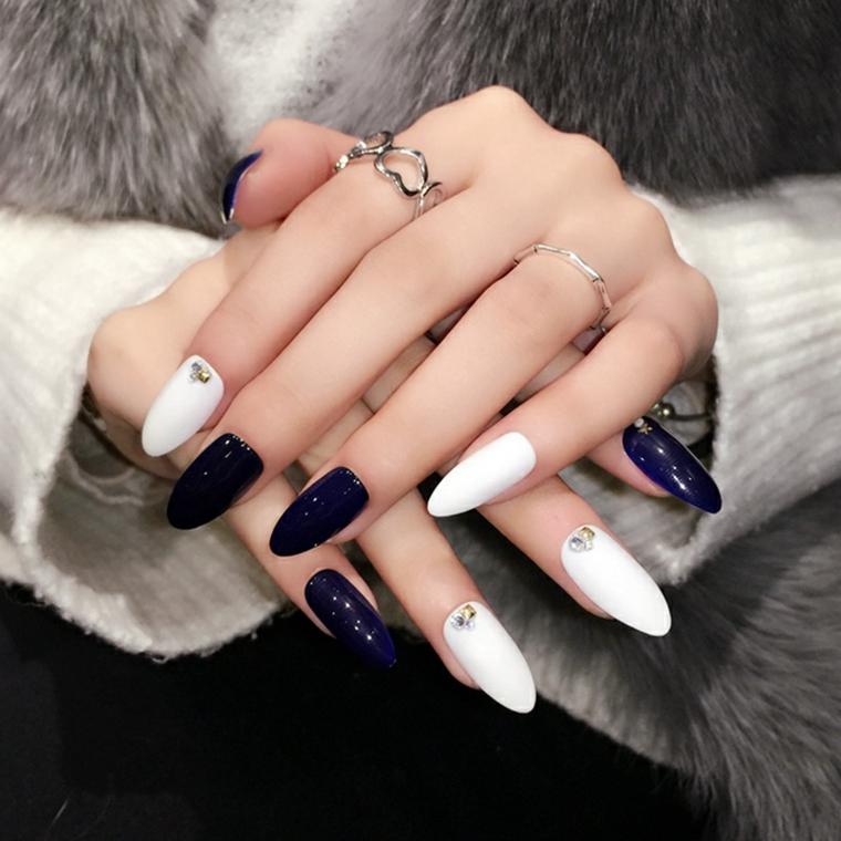Come limare le unghie, forma tondeggiante con uno smalto riflessi brillanti, abbinamento bianco e blu intenso