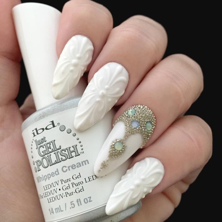 Idea per la decorazione delle unghie a stiletto con smalto bianco 3d e accent nail con perle e brillantini